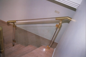 מעקה פליז בשילוב מוטות פרספקס שקוף וזכוכית