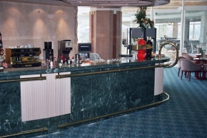 מלצרית מסעד רגל ומאחז יד מפליז מלון הולידי אין אילת