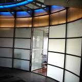 עגול כולל דלת עגולה מפרופילי נירוסטה וזכוכית טריפלקס מכופפת