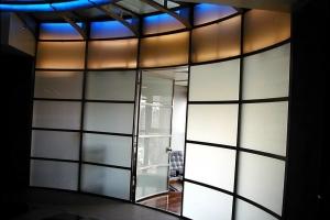 קיר עגול כולל דלת עגולה מפרופילי נירוסטה וזכוכית טריפלקס מכופפת