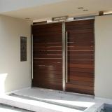 כניסה לבית מנירוסטה ולוחות עץ איפאה