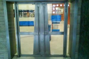 דלת כניסה מנירוסטה וזכוכית בנק לאומי רמת גן