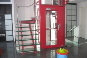 מדרגות זכוכית על גבי שדרת פלדה ומעקה זכוכית