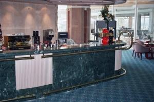עמדת מלצרית מסעד רגל ומאחז יד מפליז מלון הולידי אין אילת