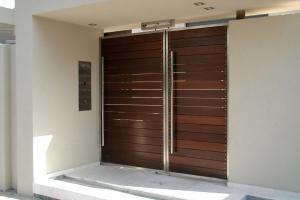 שער כניסה לבית מנירוסטה ולוחות עץ איפאה